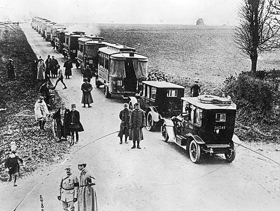 1914 - MArne - An image of the taxis (and busses, apparently) heading off to the front.